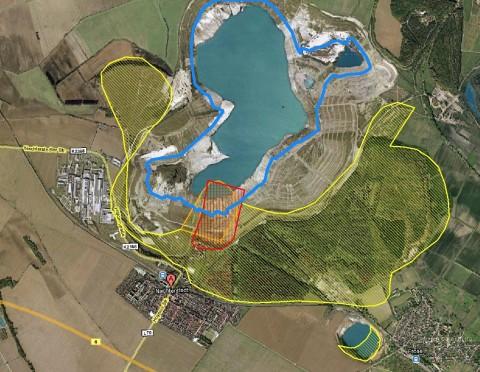 Luftbild von Google Maps, ergänzt um Tagebaustrukturen aus LKQ, ungefährem Ausmaß des Erdrutschs und Uferline aus Orthophotos von Geobasis-DE