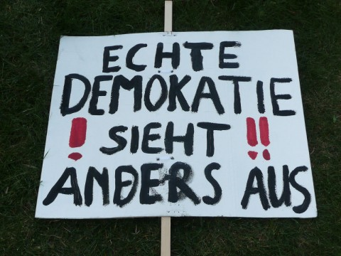 Protestschild Demokatie