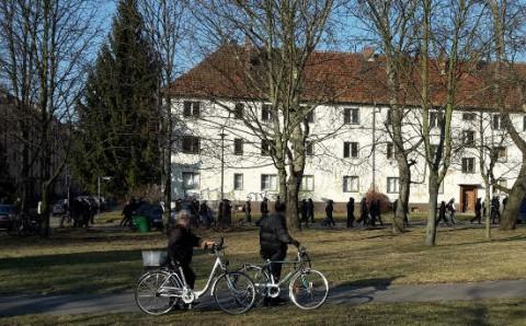 Vereinzelte Nazis auf dem Weg zur NPD-Kundgebung, 15.02.15